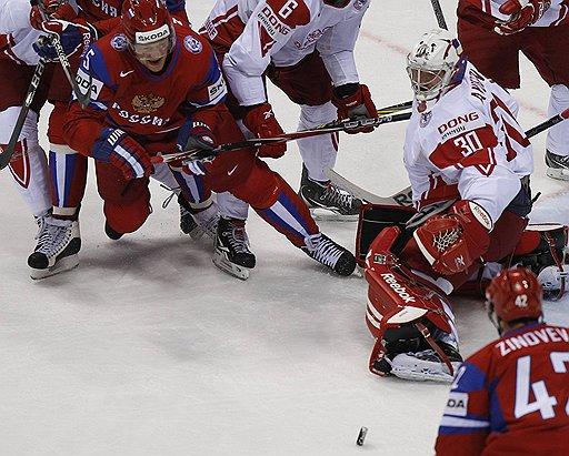 Игрокам сборной России (в красной форме) удалось забить всего на один гол больше аутсайдеров группы E датчан