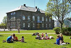 Виды Рейкьявика. Люди отдыхают у здания Парламента Исландии