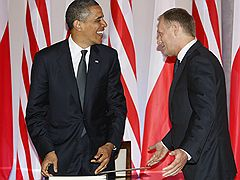 """Польский премьер Дональд Туск (справа) просил президента США Барака Обаму в """"целях безопасности"""" разместить на территории Польши """"небольшое количество американских солдат"""""""