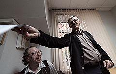 """Председатель правозащитного центра """"Мемориал"""" Олег Орлов (справа), обвиняемый в клевете на президента Чечни Рамзана Кадырова во время рассмотрения его дела в мировом участке Хамовнического суда"""