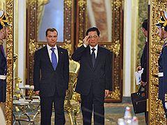 Президент России Дмитрий Медведев (второй слева) и председатель КНР Ху Цзиньтао (второй справа) во время встречи в Кремле