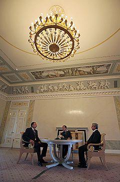 Президент Азербайджана Ильх Алиев, президент России Дмитрий Медведев и президент Армении Серж Саргсян во время трехсторонней встречи