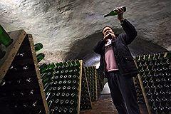 """Председатель совета директоров ЗАО """"Абрау-Дюрсо"""" Борис Титов в винном подвале завода по производству шампанских вин """"Абрау-Дюрсо"""""""