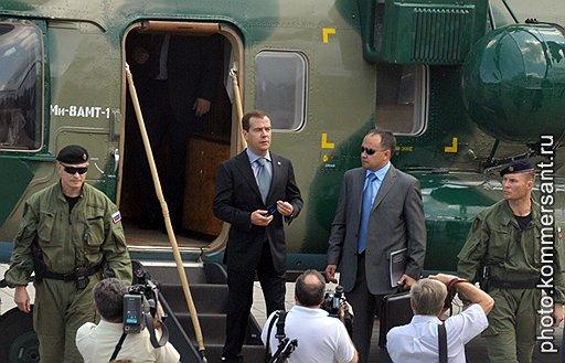 Президент России Дмитрий Медведев (в центре) перед началом заседания Совета по развитию гражданского общества и правам человека