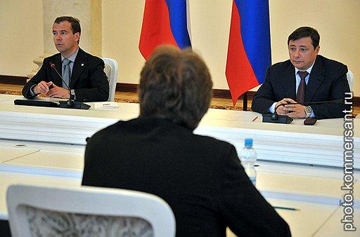 Президент России Дмитрий Медведев (слева) и полномочный представитель президента России в Северо-Кавказском федеральном округе, заместитель председателя правительства России Александр Хлопонин (справа) во время заседания Совета по развитию гражданского общества и правам человека