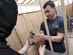 Бывший сотрудник ГУВД Московской области Олег Судаков (справа), подозреваемый в получении взяток и пособничестве в получении взяток другими лицами, в Басманном суде, где рассматривалось ходатайство на его арест