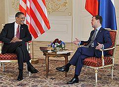 Президент США Барак Обама (слева) и президент России Дмитрий Медведев (справа) во время встречи