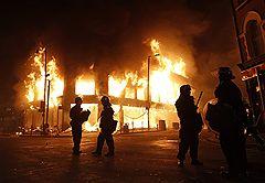 07.08.2011 На севере Лондона произошли крупные беспорядки. Толпа, возмущенная гибелью чернокожего местного жителя, убитого в перестрелке с полицией, пыталась взять штурмом полицейский участок, разграбила несколько магазинов и сожгла три автомобиля. В результате столкновений пострадали 26 полицейских. Десятки нарушителей порядка арестованы