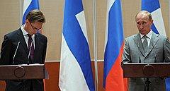 Премьер–министр Финляндии Юрки Катайнен (слева) и председатель правительства России Владимир Путин (справа) на совместной пресс-конференции по итогам переговоров