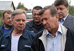 Губернатор Московской области Борис Громов (слева) и первый заместитель председателя правительства России Виктор Зубков (справа) во время выездной инспекции на востоке Московской области
