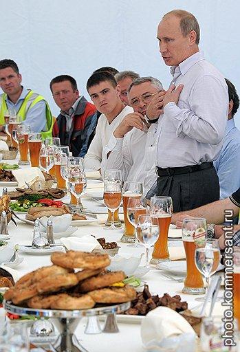 """Председатель правительства России Владимир Путин (справа) во время торжественной церемонии заполнения трубопровода """"Северный поток"""" технологическим газом"""