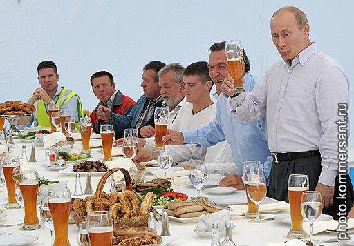"""Бывший канцлер ФРГ Герхард Шредер (второй справа) и председатель правительства России Владимир Путин (справа) во время торжественной церемонии заполнения трубопровода """"Северный поток"""" технологическим газом"""