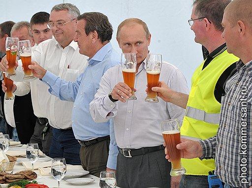 """Бывший канцлер ФРГ Герхард Шредер (в центре) и председатель правительства России Владимир Путин (третий справа) во время торжественной церемонии заполнения трубопровода """"Северный поток"""" технологическим газом"""