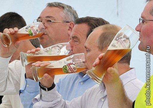 """После запуска """"Северного потока"""" бывший канцлер Германии  Герхард Шредер (в центре) угостил хозяев чем Бог послал. А послал он ему в этот день холодного баварского"""