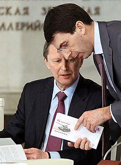 Заместитель председателя правительства России Сергей Иванов (слева) и министр связи и массовых коммуникаций России Игорь Щеголев