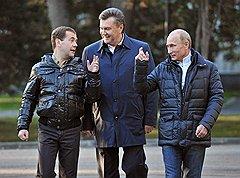 Слева направо: президент России Дмитрий Медведев, президент Украины Виктор Янукович и председатель правительства России Владимир Путин