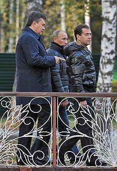 Слева направо: президент Украины Виктор Янукович, председатель правительства России Владимир Путин и президент России Дмитрий Медведев
