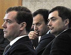 Слева направо: президент России Дмитрий Медведев, его помощник Аркадий Дворкович и первый заместитель руководителя администрации президента России Владислав Сурков