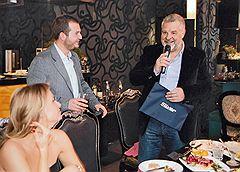 Заместитель прокурора Московской области Александр Игнатенко (справа) на праздновании дня рождения бизнесмена Ивана Назарова (в центре), обвиняемого в создании сети нелегальных игорных заведений в Подмосковье