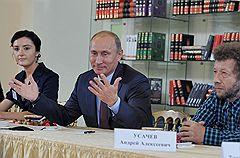 Писатель Алиса Ганиева (слева), председатель правительства России Владимир Путин (в центре) и писатель Андрей Усачев (справа) во время встречи  с писателями и представителями Российского книжного союза