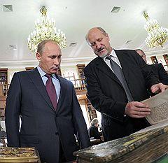 Председатель правительства России Владимир Путин (слева) и заведующий научно-исследовательским отделом рукописей Российской государственной библиотеки (РГБ) Виктор Молчанов (справа)