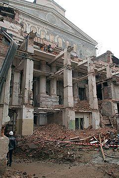 Ради того чтобы построить современную сцену, пришлось демонтировать появлявшиеся c конца XIX века пристройки с северной (задней) стороны здания