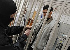 Бывший прокурор города Ногинска Владимир Глебов (справа), подозреваемый в получении взятки от бизнесмена Ивана Назарова, перед заседанием Басманного районного суда