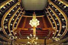 Архитектор Альберто Кавос, заботясь об акустическом совершенстве Большого, выстроил его зрительный зал таким образом, чтобы он напоминал по форме корпус скрипки, рассеченный поперек
