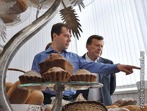 Президент России Дмитрий Медведев (в центре) и первый заместитель председателя Правительства России Виктор Зубков (справа)