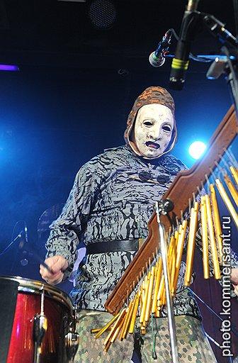 Одетый в костюм химзащиты перкуссионист Death In June дополнял тихие песни группы вибрацией железа