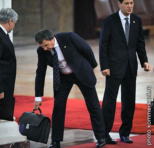 Российско-китайские переговоры. Заместители председателя правительства России Игорь Сечин (в центре) и Александр Жуков (справа) перед началом церемонии подписания совместных документов