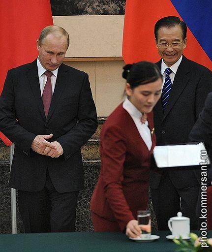 Российско-китайские переговоры. Председатель правительства России Владимир Путин (слева) и премьер Государственного совета Китайкой Народной Республики (КНР) Вень Цзябао (справа) на церемонии подписания совместных документов
