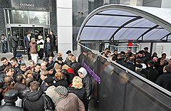 """Очередь желающих продать акции компании """"Норильский никель"""" у офиса компании Computershare в Москве"""