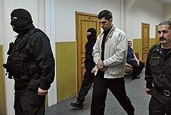 Бывший прокурор города Ногинска Владимир Глебов (в центре), подозреваемый в получении взятки от бизнесмена Ивана Назарова, в Басманном районном суде