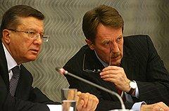 Председатель Правительства России Виктор Зубков (слева) и губернатор Воронежской области Алексей Гордеев (справа) провели совещание с ректорами аграрных образовательных учреждений