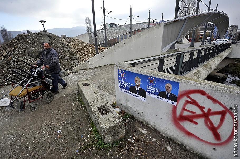 Сербия, Косово. Баррикады на мосту через реку Ибар, разделяющую город на албанскую и сербскую части