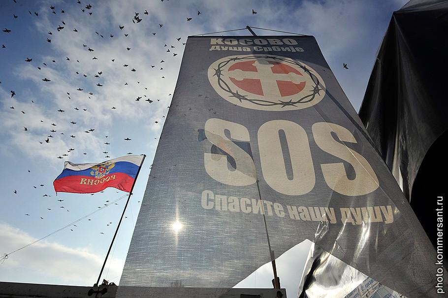 Над баррикадами косовские сербы поднимают российские флаги, и лозунги их тоже на русском