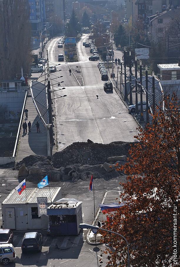 Мост через реку Ибар в Косовска-Митровице разделяет город на две части — сербскую и албанскую. Теперь его разделяют еще и возведенные с сербской стороны баррикады