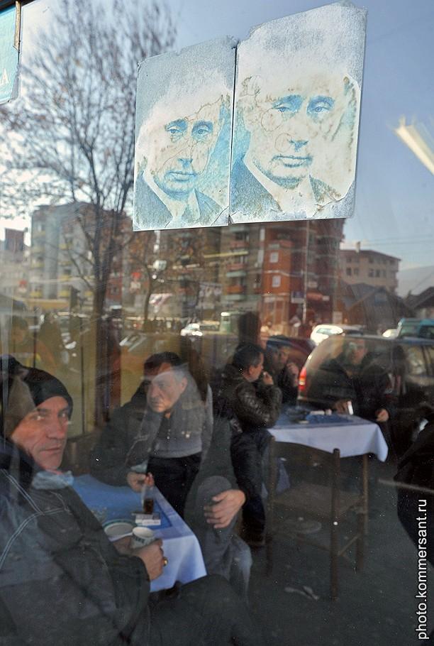 Сербия, Косово. Портрет председателя правительства России Владимира Путина на входной двери в кафе