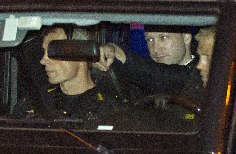 Признанного параноиком и шизофреником Андерса Брейвика (на заднем плане) теперь, скорее всего, перевезут из тюремной камеры в  психлечебницу