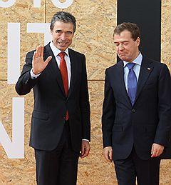 Саммит Россия - НАТО в Лиссабоне. Генеральный секретарь НАТО Андерс Фог Расмуссен (слева) и президент России Дмитрий Медведев (справа) на церемонии встречи перед началом заседания Совета Россия-НАТО