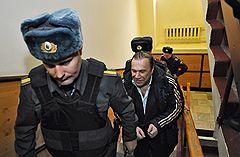 Бизнесмен Виктор Батурин (в центре), задержанный по подозрению в покушении на мошенничество в особо крупном размере, перед началом рассмотрения ходатайства об его аресте в Тверском районном суде