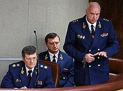 Генеральный прокурор России Юрий Чайка (слева) и председатель Следственного комитета при прокуратуре России Александр Бастрыкин (справа)