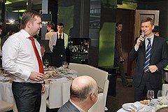 Бывший первый заместитель руководителя департамента экономической безопасности (ДЭБ) МВД России Андрей Хорев (справа) на праздновании дня рождения бывшего капитана милиции Максима Каганского (слева)