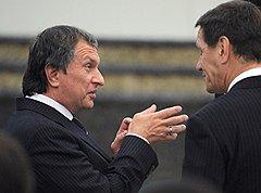 Заместители председателя правительства России Игорь Сечин (слева) и Александр Жуков (справа)