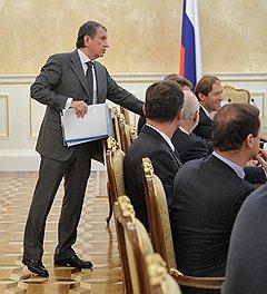 Заместитель председателя правительства России Игорь Сечин (слева)