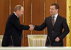 Председатель правительства России Владимир Путин (слева) и президент России Дмитрий Медведев (справа)