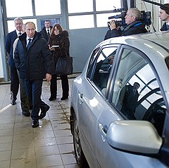 Председатель правительства России Владимир Путин (в центре) и мэр Москвы Сергей Собянин (слева) во время посещения пункта технического осмотра автотранспортных средств в столичном районе Строгино
