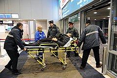 """Последствия взрыва в аэропорту """"Домодедово"""". Сотрудники скорой медицинской помощи во время оказания помощи пострадавшим"""