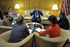Посол США в России Майкл Макфол (в центре) во время интервью в посольстве США